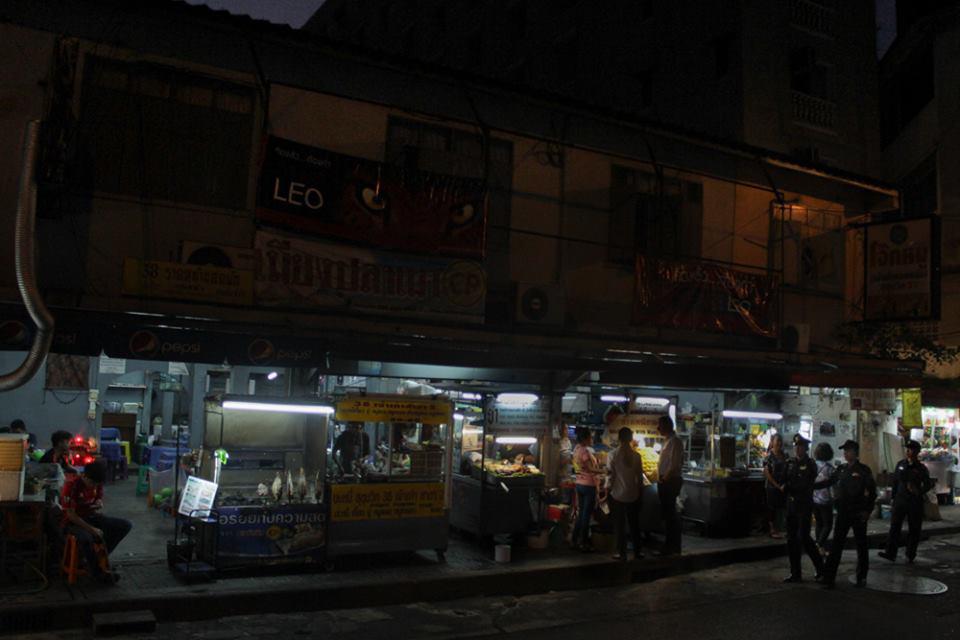 Street food in Bangkok - Police visiting the street food stalls on Sukhumvit Soi 38. Photo by AnaSalvá